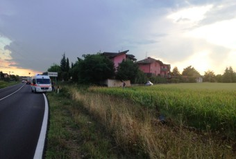 Incidente stradale auto nel Fossato a Trezzano Rosa Busnago Soccorso