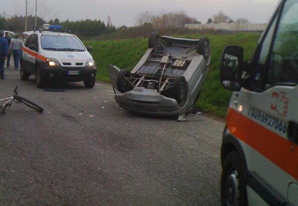 Incidente Stradale, auto ribaltata a Colnago.