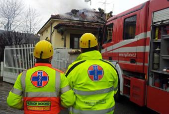 Incendio in abitazione intervenuti i vigili del fuoco ed ambulanza di Busnago Soccorso.